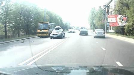 司机发现路面不对劲, 纷纷停下来, 记录仪拍下这画面