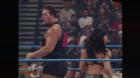 WWE 强森英雄救美, 反遭妹子救场