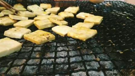 贵阳美食真的厉害, 连马路边边的烤小豆腐都好吃得无法形容~