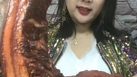 美食吃货: 东北大姐吃五花肉, 这个排面真是厉害了!