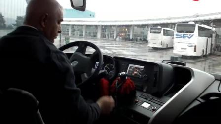 实拍: 司机雨天驾驶奔驰客车驶出客运站