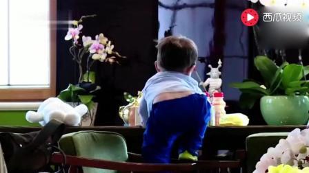 嗯哼的小短腿真给力, 爬向桌子的那一刻, 吓的杜江瞬间弹起