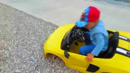 熊孩子开的奥迪R8轮胎跑没了, 接下来换胎那一幕太搞笑了
