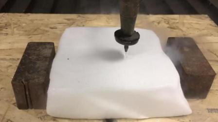 60000帕的高压水刀遇到干冰会发生什么? 过程很过瘾, 遇到躲远点