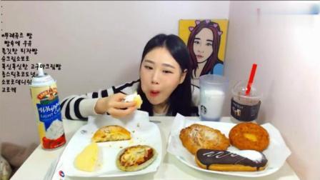 韩国大胃王卡弗朗西斯卡吃奶油面包和可乐, 再喝一大杯牛奶