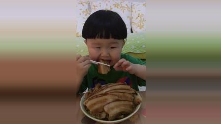 小胖墩一个人吃一大碗肉, 接下来小胖墩的反应太可爱了!