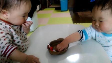 双胞胎宝宝吃草莓, 吃到最后一个弟弟胜利在望, 却被哥哥一招反转!