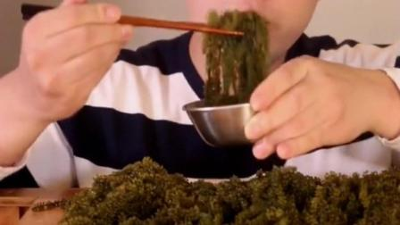 韩国大胃王胖哥, 吃一堆海葡萄, 据说比鱼子酱还好吃!
