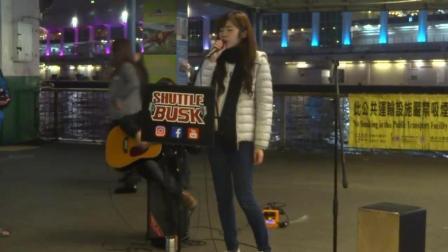 街头美女歌手演唱《海阔天空》甜美嗓音, 唱完围观者纷纷鼓掌