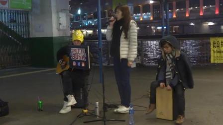 街头艺人演唱《追光者》甜美的好嗓音, 唱得真是动听