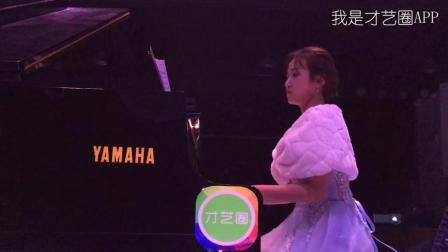 """美女演奏钢琴曲""""月亮代表我的心""""致给最爱的ta我是才艺圈APP"""