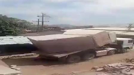 大货车卸巨石, 下一秒竟直接弹了出去, 手机拍下了这惊险的一幕!