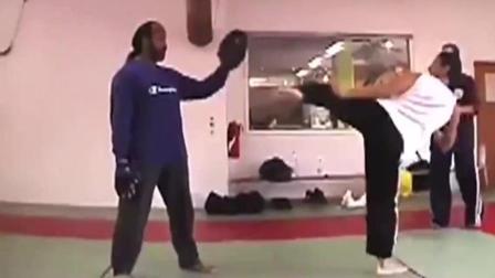 甄子丹训练实拍, 这出腿速度堪比散打高手, 吴京李连杰自愧不如!
