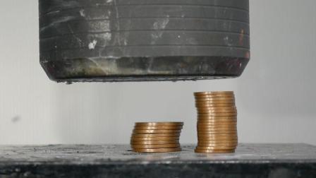 老外用300吨液压机压28枚硬币, 你猜发生了什么?