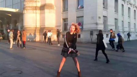 大学校园里面女孩一段舞蹈青春活力