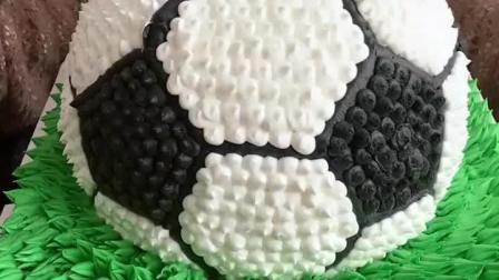 美食吃货: 山东妹子开切足球蛋糕