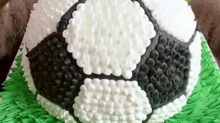 美食吃货: 山东妹子切足球蛋糕