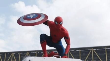 蜘蛛侠夺取了美国队长的盾牌, 一副得意洋洋的样子!