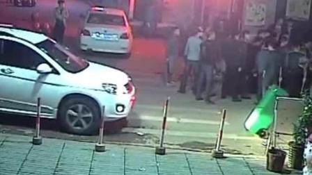 监控实拍: 社会小年轻街头对峙, 监控拍下恐怖绝望的一幕, 直接砍