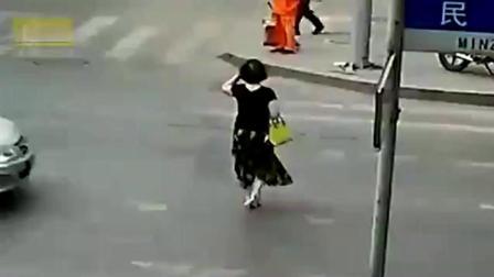长裙中年妇女回家路上, 突然感觉情况不妙, 监控拍下心痛瞬间