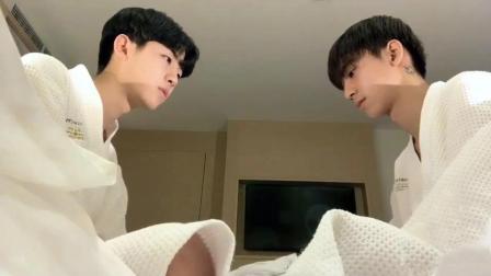 最后陪在帅哥身边的是个男生, 难道他们是同性恋?