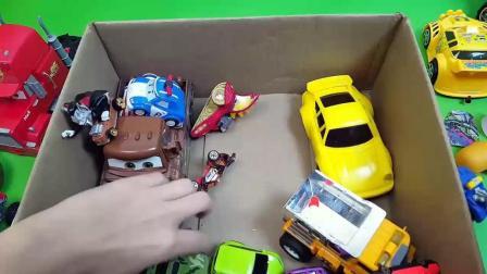 我的玩具盒子里有彩色的汽车, 很漂亮