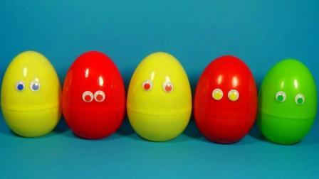 从奇趣蛋里拿出挂件小灯玩具