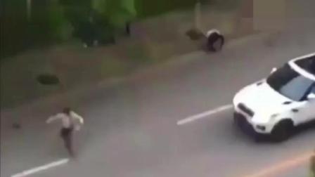 男子高速上抢劫大巴车, 大巴车司机可不惯着他, 3秒后变肉饼