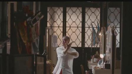 京剧表演艺术家, 满头白发依然每日刻苦训练, 只为传承中国文化