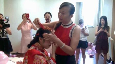 按当地风俗母亲给出嫁的女儿梳头, 一首周慧敏的 《 出嫁的清晨》感动了在场的所有人