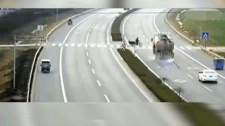 大货车拼死鸣笛, 三轮车无脑的放弃了活下去的机会!