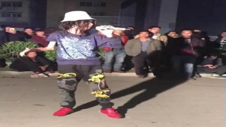 寒冬里的天籁之音! 广州残疾人流浪歌手阿龙户外卖唱!