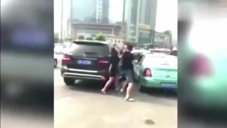 奔驰车夫妻当街暴打出租司机, 谁知遇到狠角色
