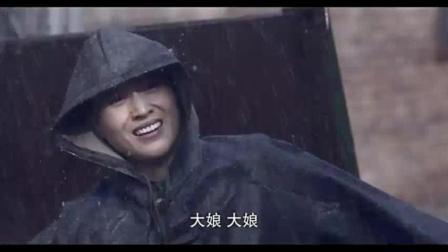 黄大妮带着大儿媳坐上了二儿媳的拖拉机去生孩子下着大雨
