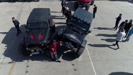 """在云南""""滇疆马帮""""年会上, 停满了各种改装的Jeep越野车, 好酷"""