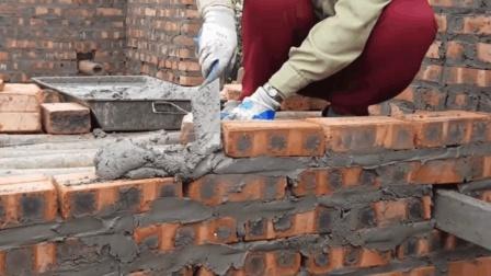 农村瓦工是如何砌砖墙的? 动作一气呵成, 技术很熟练!