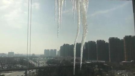 早上醒来窗户上的冰柱子很吓人