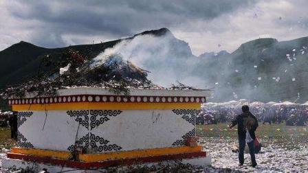 """涨姿势, 海拔3000米高原上随处可见的""""煨桑台"""", 原来用处是这个"""
