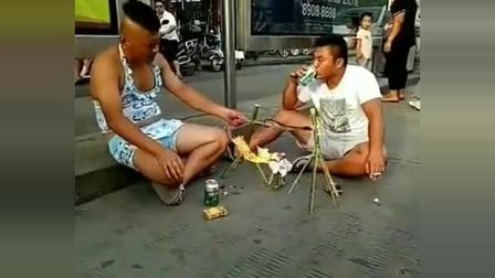 路上偶遇两位大哥在马路上吃烧烤, 路过的人都看惊呆了
