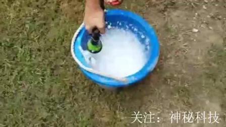 肥皂水倒入草坪后,
