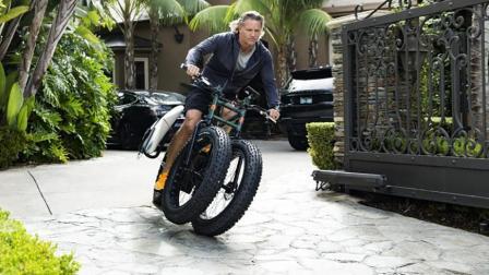 人家发明的创意电动车, 多装一个轮胎, 在雪地行驶不怕滑