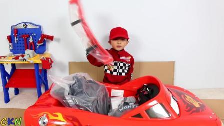小朋友组装超酷的汽车总动员玩具赛车!