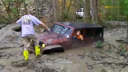 吉普越野车不小心掉入沼泽, 车主一脚油门下去奇迹开始