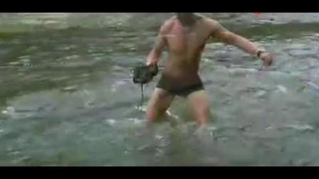荒野求生: 贝爷在河边用小钩子竟能钓到大鱼! 到手后生吃!