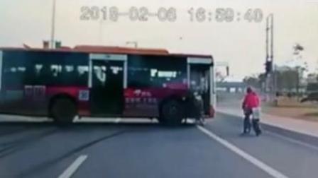 小车突减速 电动男迎面撞上公交