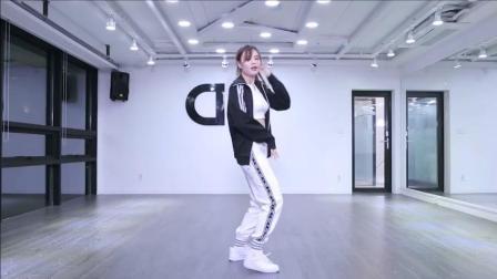 清纯的萌妹子表演舞蹈, 舞姿太美了!