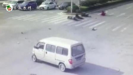 超载摩托车超速闯红灯撞上五菱面包车后, 摩托车上3人瞬间被撞飞