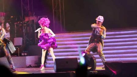 张韶涵在香港演唱会上, 现场演唱《寓言》动人的歌声, 唱得真好听