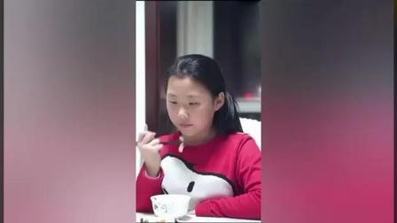 不孝儿媳不让婆婆在桌上吃饭, 没想到女儿接下来的举动让她后悔