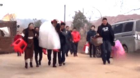 真实农村婚礼: 妈妈担心女婿抱不动女儿, 一路上托着女儿走! 好妈妈!